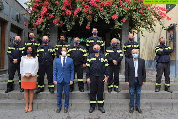 El Cabildo reconoce la trayectoria de 11 bomberos de La Palma