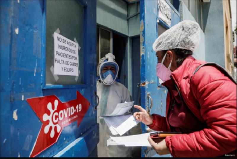 Una mujer solicita información sobre su familiar que ingresó en una sala de pacientes con la enfermedad por coronavirus (COVID-19), en el Hospital de Clínicas de La Paz, Bolivia, el 5 de enero de 2021 / REUTERS