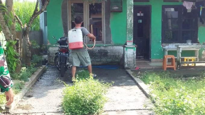 Warga Perumahan Pondok Mutiara Dengkol Laksanakan Penyemprotan Disinfektan Mandiri