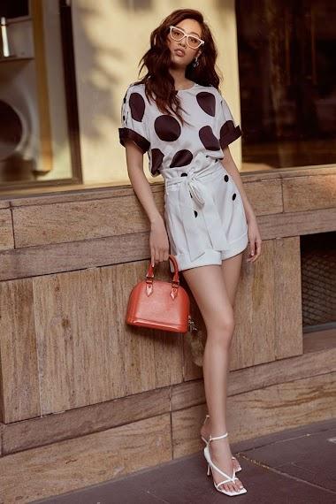 Muốn diện váy chấm bi mà không sợ bị già, bị sến thì cứ học Hoa hậu Khánh Vân