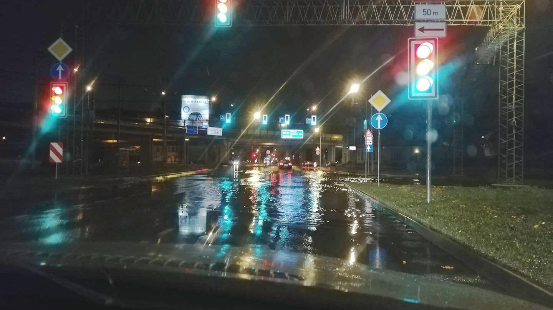 Intensīva lietus rezultātā applūst Maskavas iela Ķengaragā