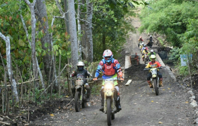 FOTO: Kapolda Sulsel Gelar Patroli  Kamtibmas di Soppeng Pakai Motor Trail