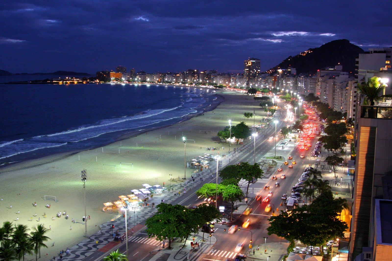 Ночной пляж Копакабана в Рио де Жанейро