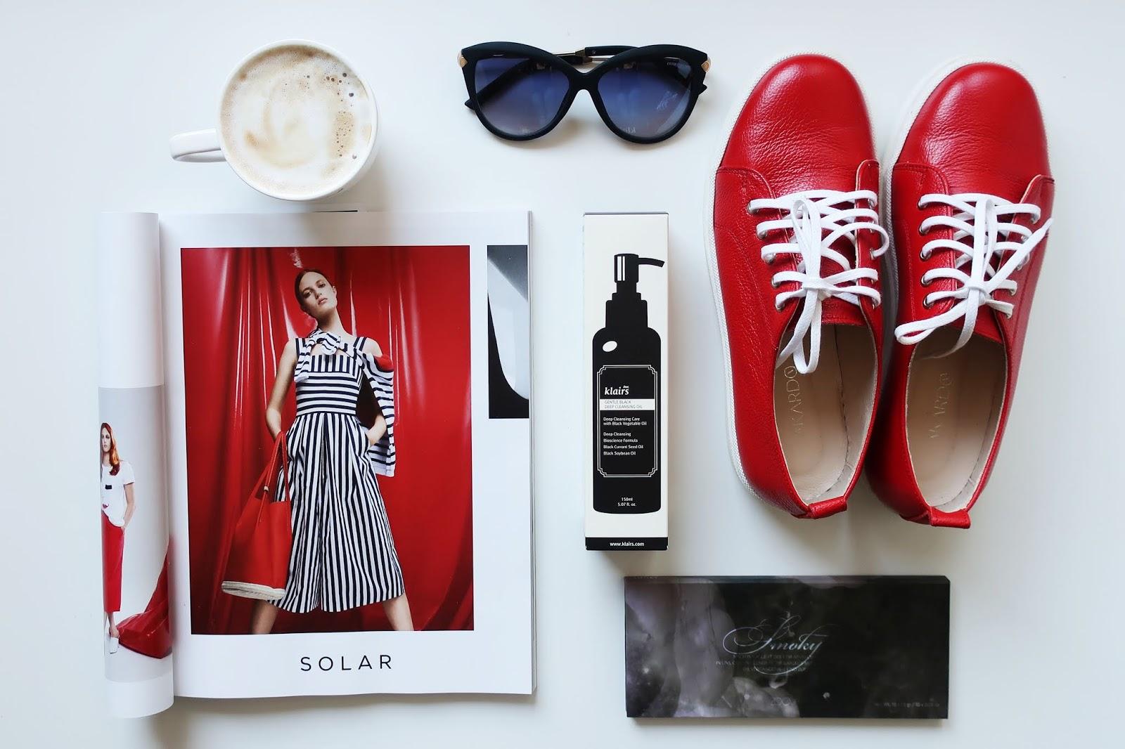 kawa gazeta buty okulary przeciwsłoneczne