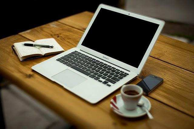 laptop, agenda, celular y café