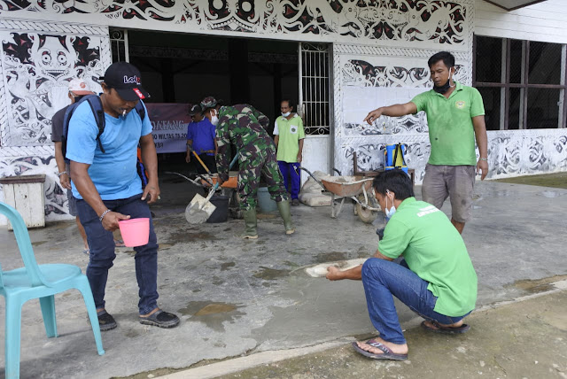 Anggota Satgas Berbaur Dengan Masyarakat Dan Staff Kampung Saat Bergotong Royong Membenahi Kantor Petinggi