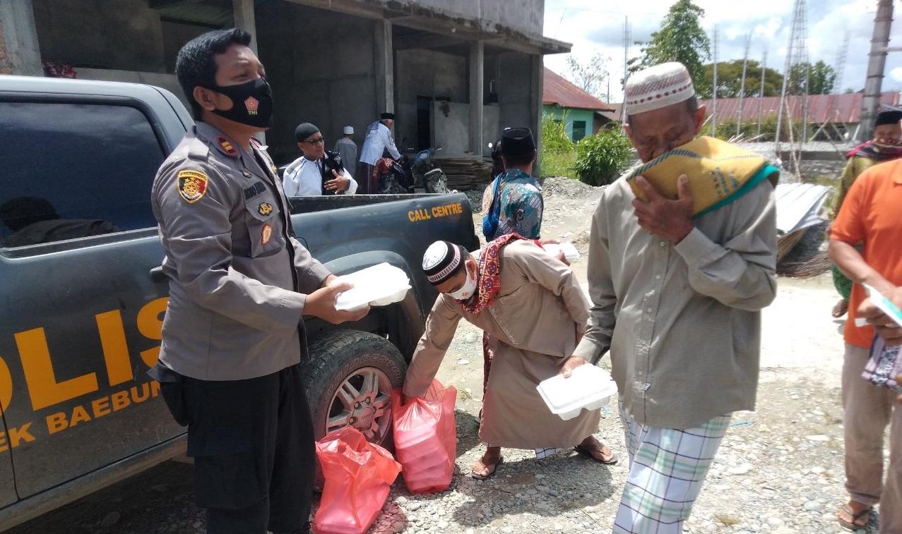 Jumat Berkah, Kapolsek Baebunta Bagikan Nasi Kotak Dan Masker Ke Jamaah Masjid Babul Jannah