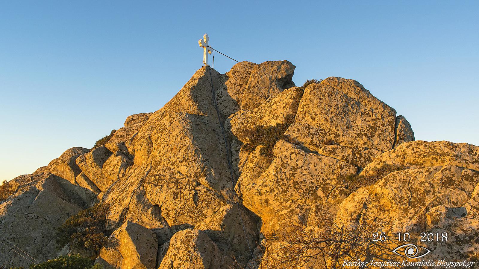 """Πριν 200 χρόνια οι κάτοικοι του χωριού, κουβαλώντας τις πέτρες με χέρια, έφτιαξαν την γραφική Εκκλησία της """"Παναγίας της Οξυλιθιώτισσας"""". (Πηγή φωτογραφίας: Βασίλης Τσομάκας)"""
