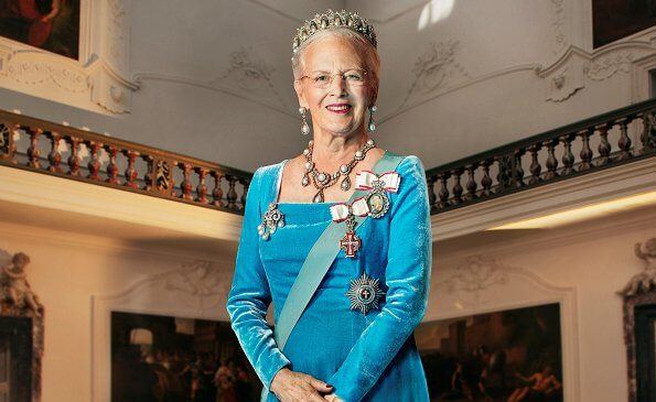 Queen Margrethe is in formal wear with the Pearl Poiré Tiara. The Queen also wears a pair of earrings, necklace and a brooch
