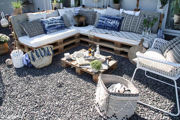 Sommertrend 2017, Palettenlounge selbermachen im Jeansblau-Trend, Terrasse mit Lounge und Gartenaccessoires