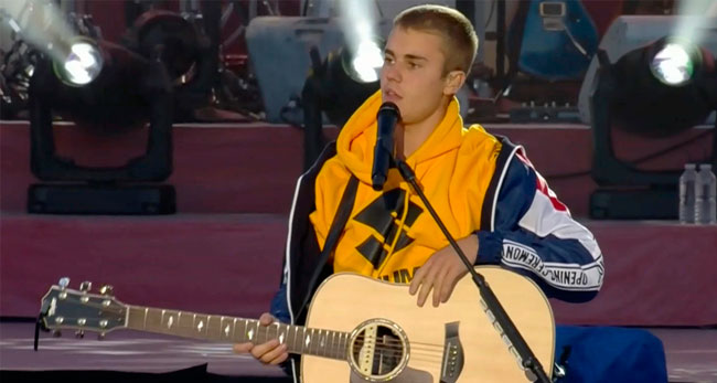 Justin Bieber entra para Igreja 'hipster'