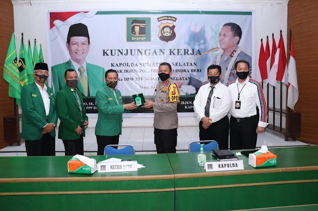 """Palembang - Kapolda Sumsel Irjen Pol. Prof. Dr. Eko Indra Heri S., MM melaksanakan kunjungan silahturahmi ke DPW PPP Sumatera Selatan di Jalan Kolenel H. Burlian, Senin (13/07).  Dalam kunjungan ini Kapolda diterima langsung oleh Ketua DPW PPP Sumsel H. Agus Sutikno, SE, MM, MBA beserta para pengurus dan kader DPW PPP Sumsel. Kapolda mengatakan bahwa kunjungan beliau kemari adalah sebagai bentuk silahturahmi sekaligus memperkenalkan dirinya sebagai pejabat baru di lingkungan Polda Sumsel, ujarnya.  Obrolan pun berjalan santai penuh keakraban saling bertukar informasi satu sama lain. Kapolda pun membeberkan salah satu program yang dimiliki Polda Sumsel yang bertajuk """"Polisi Dulur Kito"""" atau dikenal dengan """"Mang Pedeka"""". Program ini dimaksudkan bahwa Polisi itu dulur, kita semua ini dulur jadi apabila kita ini dulur hendaklah setiap permasalahan apapun diselesaikan secara baik-baik, apabila mengetahui atau mendapatkan informasi terkait gangguan kamtibmas diwilayah sumsel diharapkan untuk melaporkannya kepada polisi setempat sehingga dapat segera diselesaikan agar menjaga serta terciptanya situasi kondisi kamtibmas yang kondusif.   Polri khususnya Polda Sumsel tidak bisa bekerja dengan maksimal apabila tidak didukung oleh masyarakat oleh karena itu kami sangat mengharapkan dukungan dan partisipasi dari seluruh lapisan masyarakat untuk bersama-sama mewujudkan situasi yang aman dan kondusif diwilayah hukum sumsel. Tugas Polri ialah melindungi, mengayomi, melayani dan menegakkan hukum sesuai dengan peraturan dan Undang-Undang yang berlaku. Optimalisasi melayani masyarakat dengan baik adalah harapan kami sehingga masyarakat pun dapat dengan mudah mendapatkan berbagai macam bentuk pelayanan yang dimiliki oleh polri saat ini.  Terkait permasalahan covid-19 saat ini, Polda Sumsel telah berupaya melakukan terobosan dengan membuat program """"Kampung Tangkal Covid-19"""" program ini dibuat untuk menciptakan ketahanan pangan dan meningkatkan perekonomian masyarakat yang terpuruk akiba"""