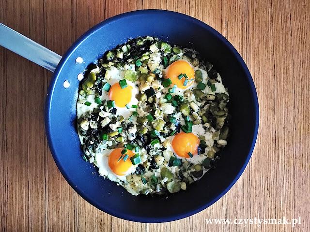 Jajka na śniadanie z bobem