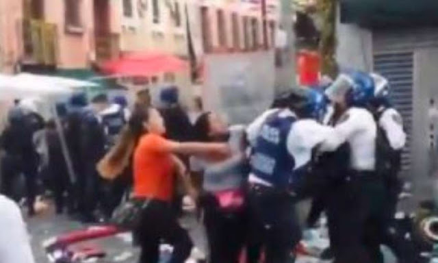 Vendedoras se enfrentan a policías en el Barrio Chino (Video)