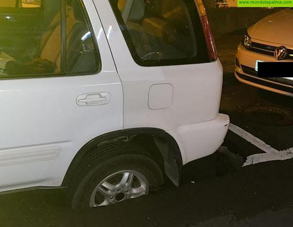 Un vehículo afectado por un hundimiento del pavimento en Santa Cruz de La Palma