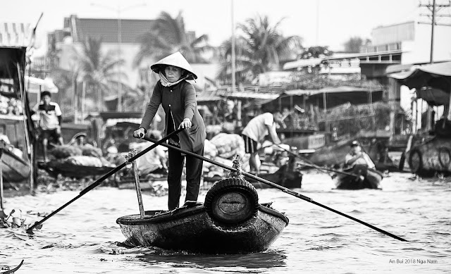 Selling boat in Nga Nam floating market