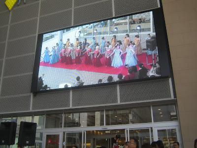 巨大スクリーン上のフラダンス