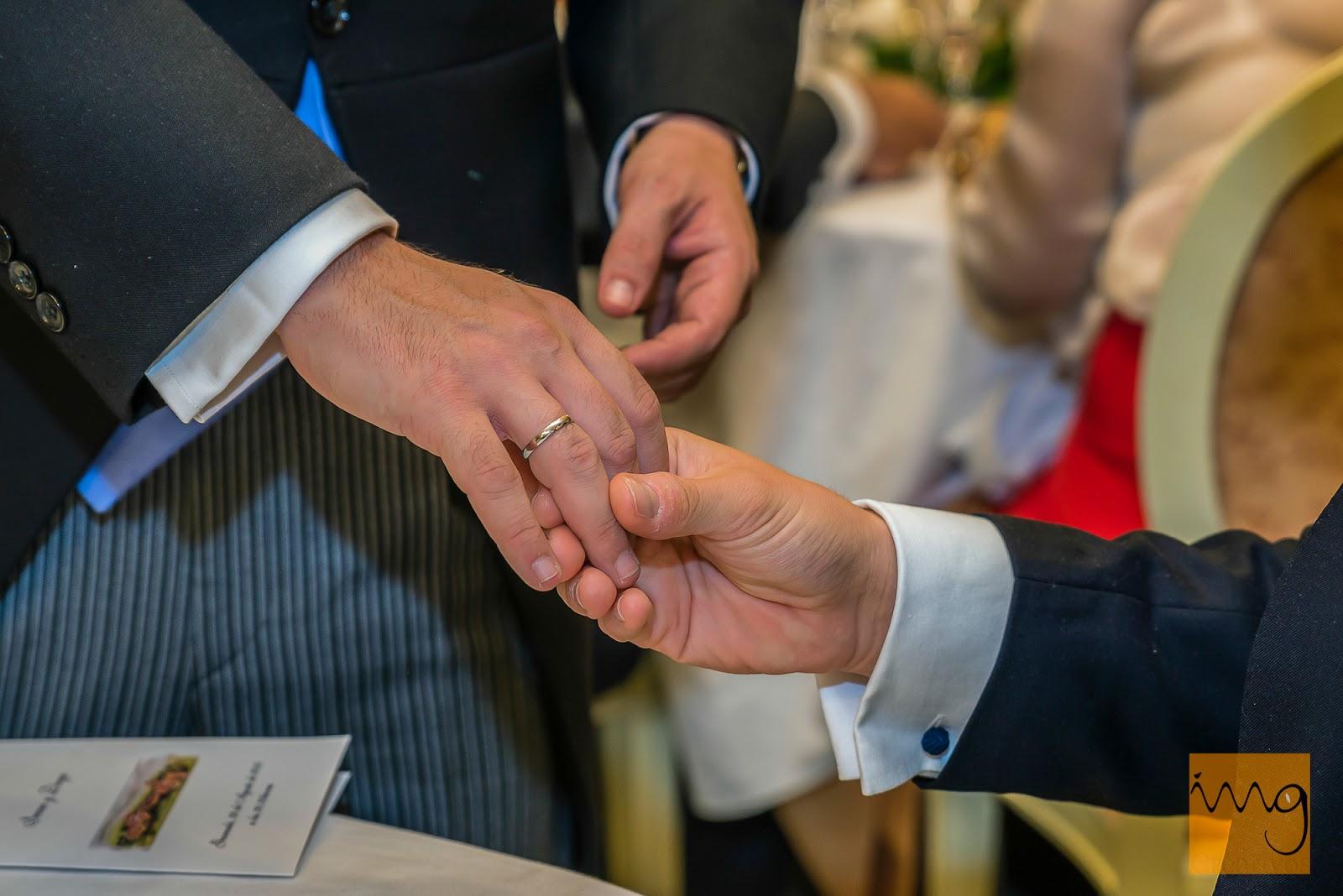 Fotografía de boda, presumiendo de alianza