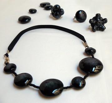 collier chic noir avec galets ronds en céramique