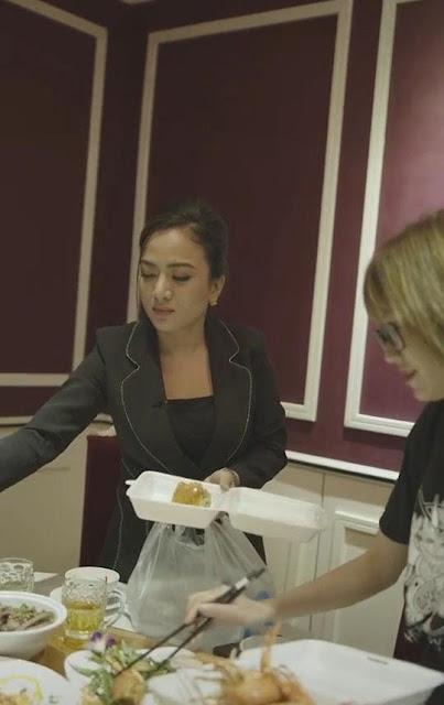 Clip 'Chủ tịch' mang đồ ăn thừa từ bàn tiệc về phát cho người nghèo