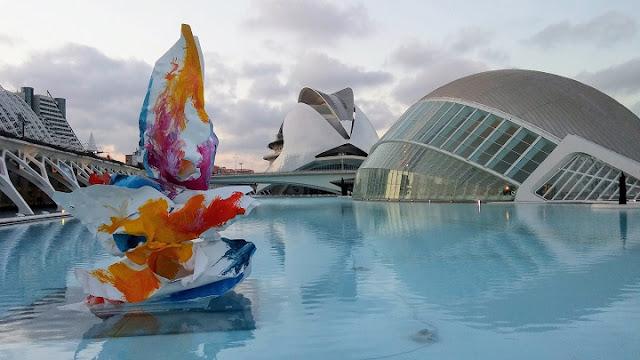 Escultura del artista Arne Quinze, de gran tamaño y muchos colores, instalada en la Ciudad de las Artes y las Ciencias de Valencia.