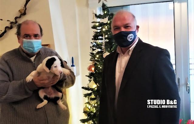 Ο πρώην Υπουργός Παιδείας Νίκος Φίλης υιοθέτησε  σκυλάκι από το Ναύπλιο