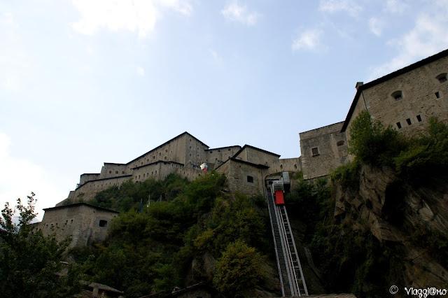 Il forte di Bard dal basso e i suoi ascensori
