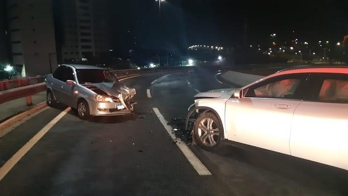 Mulher bêbada dirige carro de luxo pela contra-mão e provoca acidente no viaduto de Ponta Negra em Natal