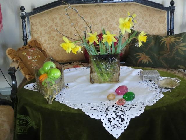 Sohvapöydän päällä on pääsiäisasetelma.