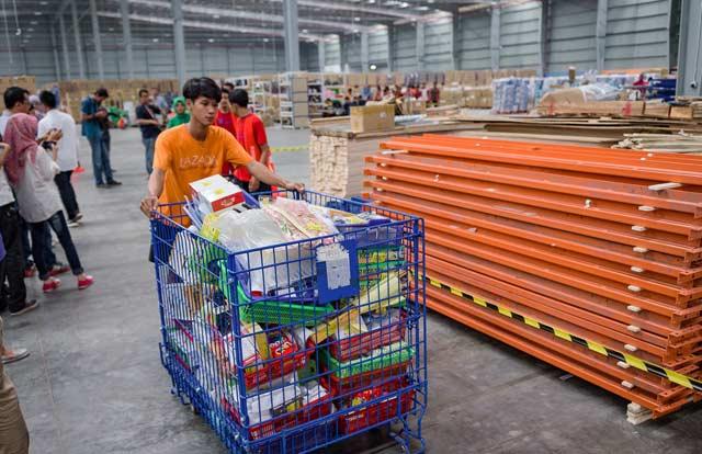Lazada berhasil mencetak rekor dengan nilai transaksi RP1,6 triliun lebih per 11 November 2017. E-commerce yang beroperasi di enam negara di Asia Tenggara ini berhasil mencatat Gross Merchandise Value (GMV) dengan pertumbuhan 171 persen dibanding 11 November tahun lalu.
