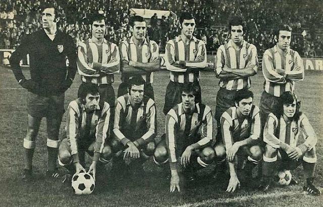 CLUB ATLÉTICO DE MADRID. Temporada 1971-72. Rodri, Melo, Calleja, Quique, Irureta, Adelardo; Ufarte, Luis, Orozco, Alberto y Becerra. CLUB ATLÉTICO DE MADRID 0 SEVILLA C. F. 2. 31/10/1971. Campeonato de Liga de 1ª División, jornada 8. Madrid, estadio Vicente Calderón. GOLES: 0-1: 45', Manolín Bueno. 0-2: 88', Acosta.