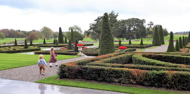 iltapäivätee tarjoilut, luksushotelli, kartano, linna irlannissa, iltapäivätee, Adare, Manor, irlanti, kartanon puutarha, sisarukset, henkselit, punainen kanerva