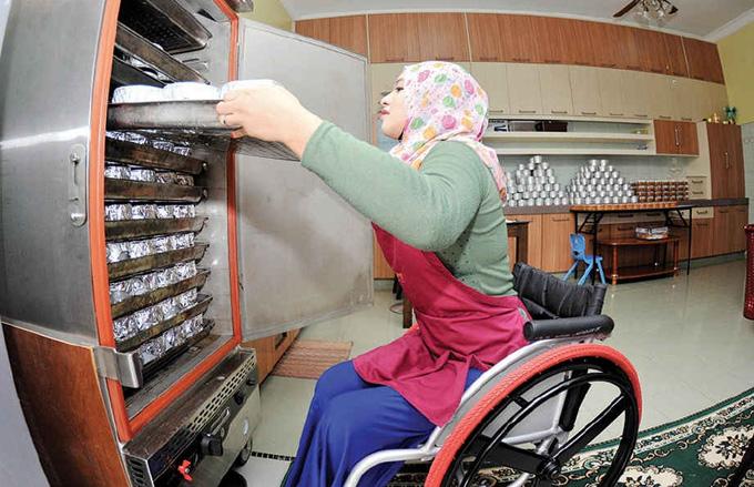 Haziqah Nurul Huda Harun - Gadis Lumpuh Jadi Tauke Kuih Bakul, Belajar Menerusi Kenalan FB dari China