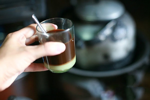 Ly sữa nóng có vị cà phê