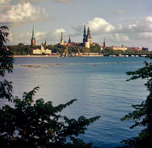 1977 год. Рига. Даугава. Вид на город, понтонный мост и начинающееся строительство будущего Горьковского моста