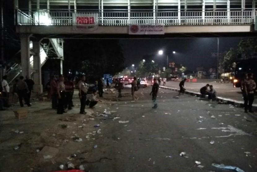 Penampakan sebagian sampah usai aksi pendukung Ahok, Kamis (11/5) dini hari (Republika.co.id)