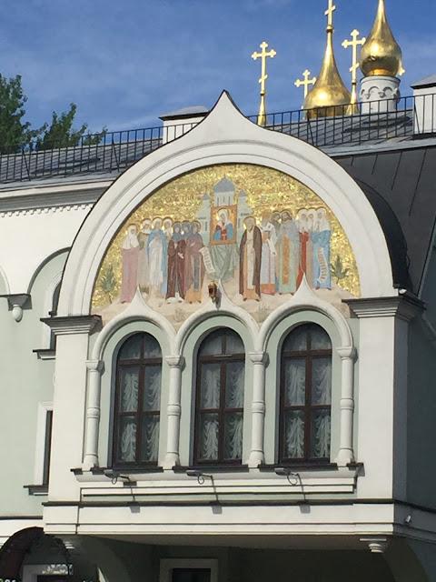 Три окна и настенная роспись над входом в подворье с западной стороны