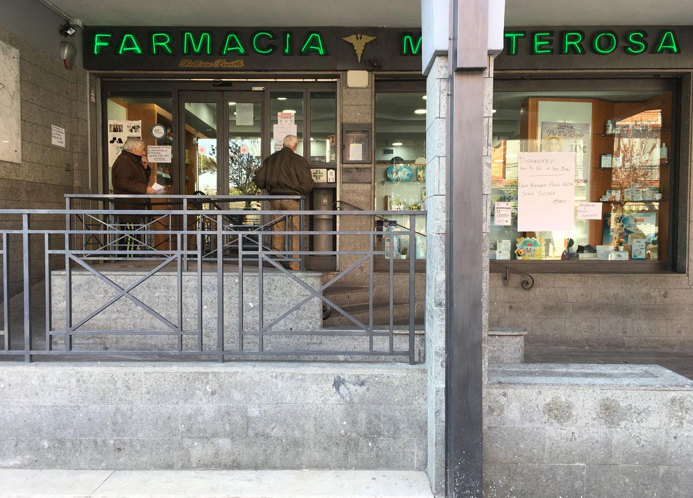 Farmacia che vieta l'ingresso ai clienti