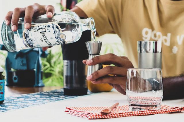 Gin artesanal sendo usado em receita de cold brew negroni
