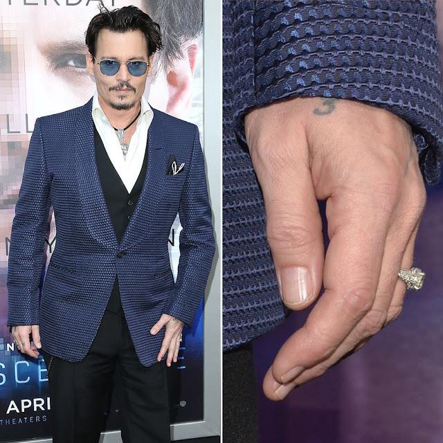 ג'וני דפ עונד טבעת אירוסין של אשתו