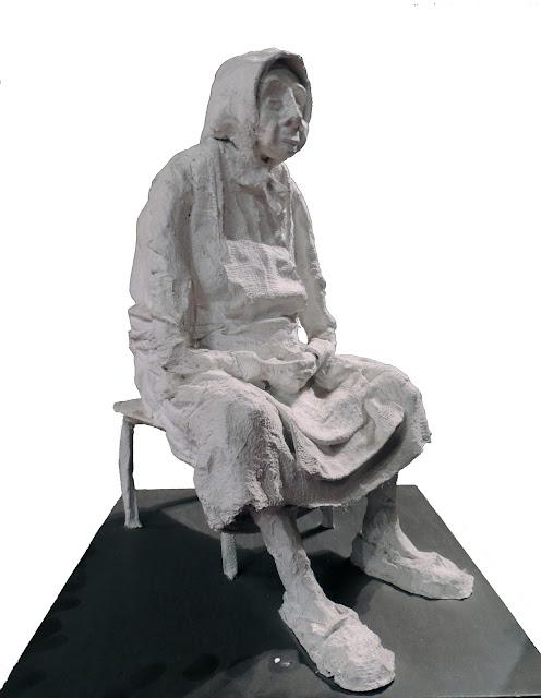 escultura al yeso de Francesc Anglès mujer sentada en silla