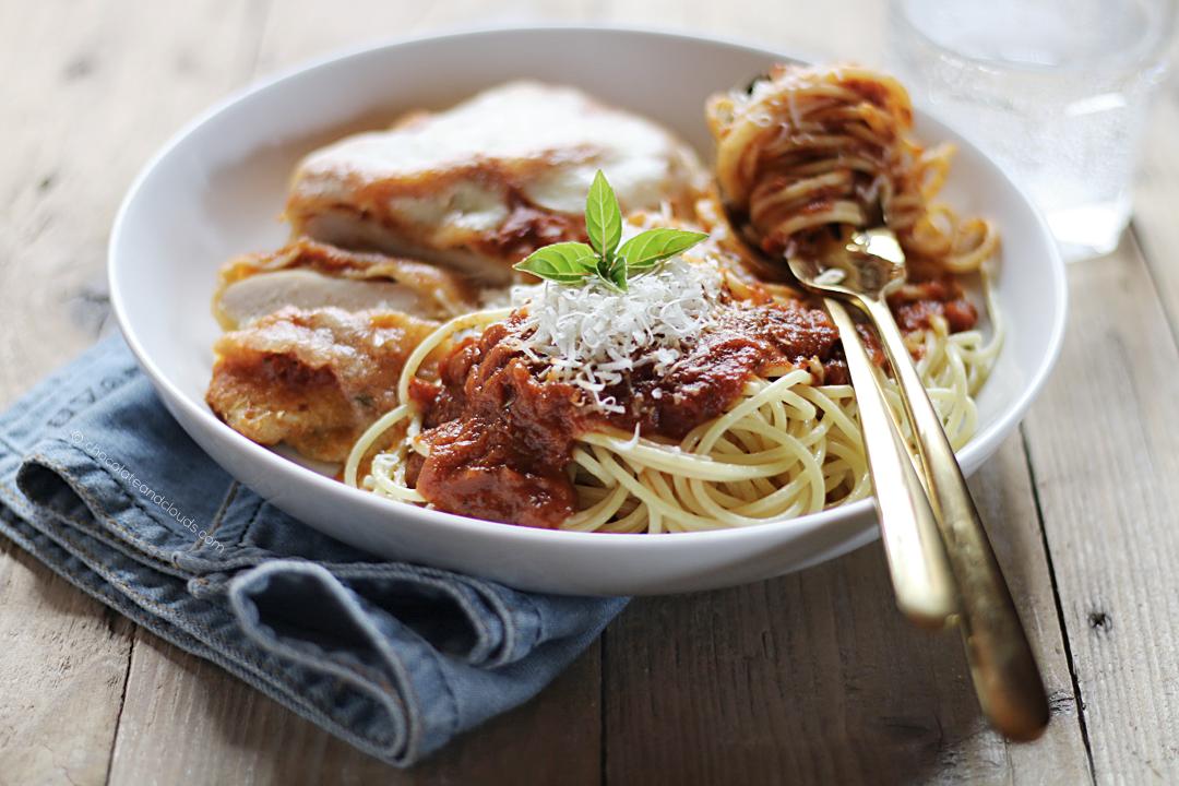 gebackenes paniertes hähnchen parmesan und pasta mit tomatensauce rezept