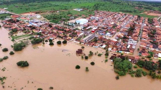 Barragem se rompe na Bahia e obriga moradores a deixar suas casas