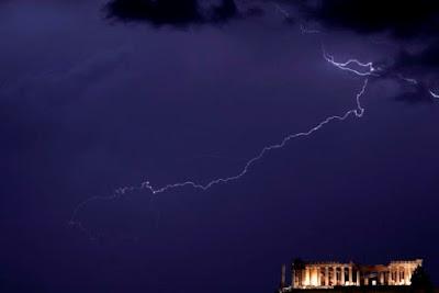 Κεραυνός έπεσε στην Ακρόπολη – Τραυματίστηκαν αρχαιοφύλακες