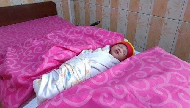 Tali Pusarnya Dikerubungi Semut, Bayi Tampan ini ditemukan Pemulung Ketika dibuang di Dalam Selokan