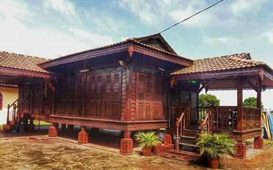 rumah kayu ukiran