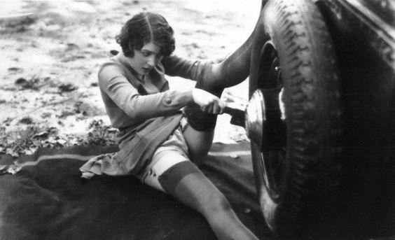 Jacques Biederer scena erotyczna pani wymienia koło w samochodzie
