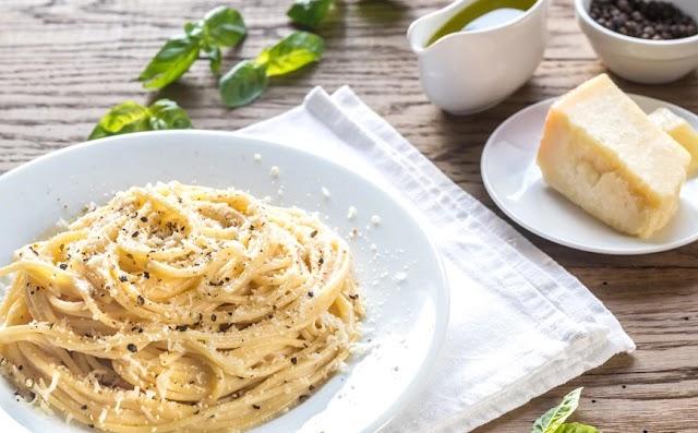 Σπαγγέτι με φρεσκοτριμμένο πιπέρι και παρμεζάνα
