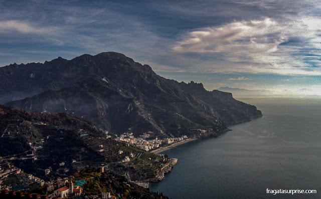 O mar e a vila de Minori vistos de Ravello, na Costa Amalfitana