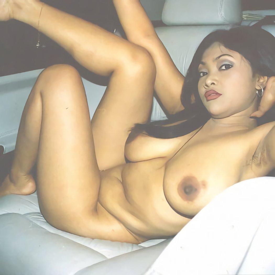 foto bugil tante girang semok lagi telanjang di dalam mobil. gambar bokep tante toket gede punya badan chubby suka narsis di mobil mewahnya